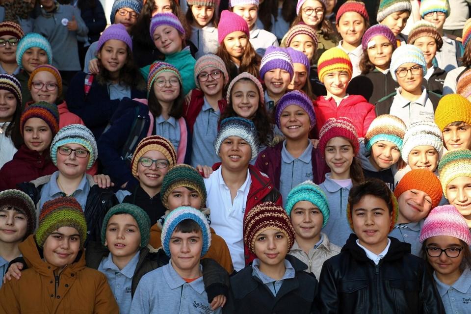 Işıl Dilek'in ördüğü rengarenk bereler, Darüşşafakalı öğrencilere yılbaşı armağanı oldu.