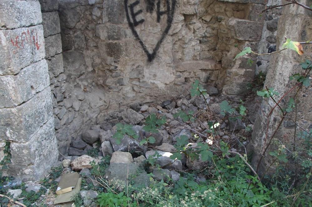 Defineciler tarihi kiliseyi talan etti - 9
