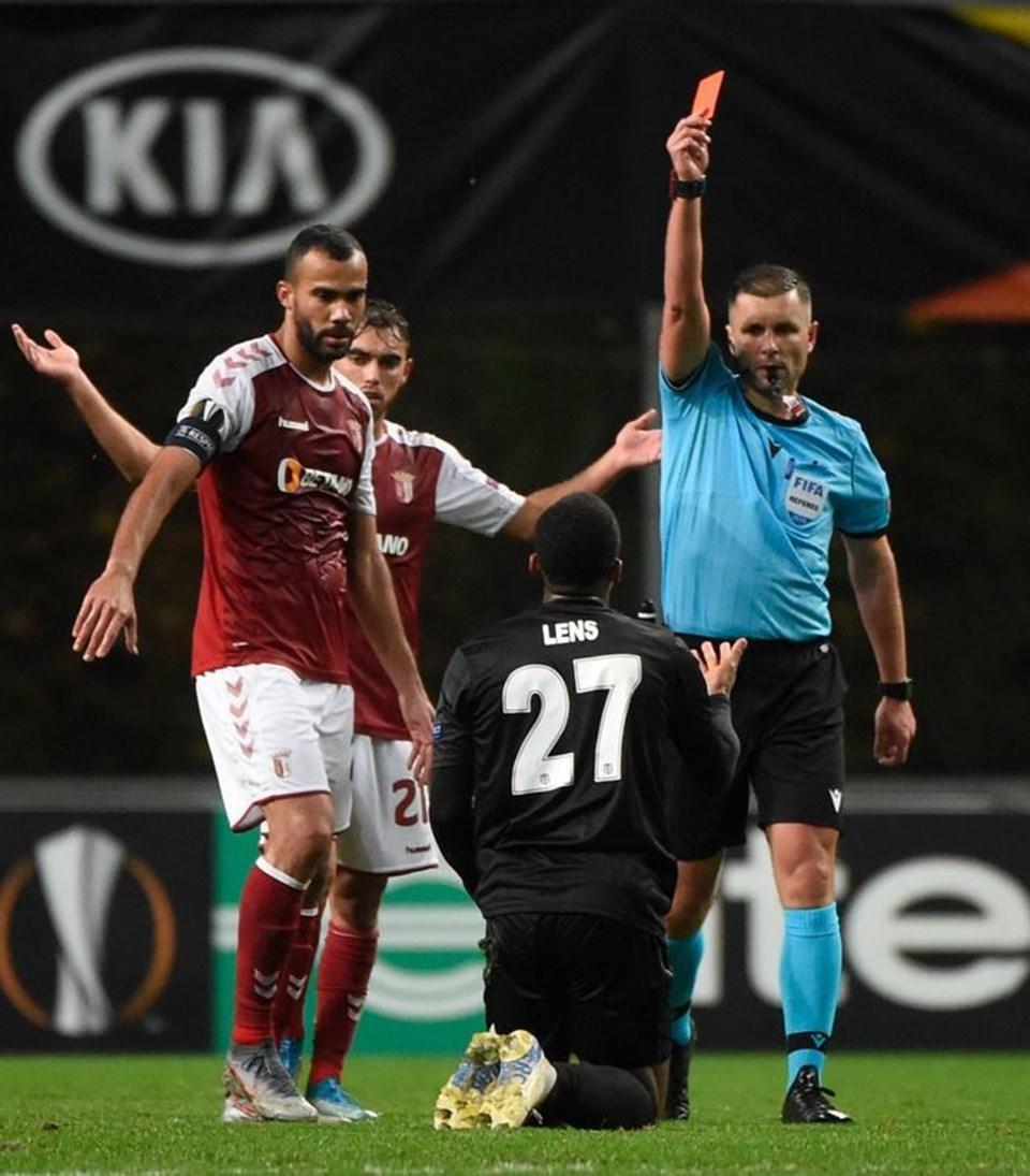Braga deplasmanında ilk yarının sonunda Lens kırmızı kart gördü.