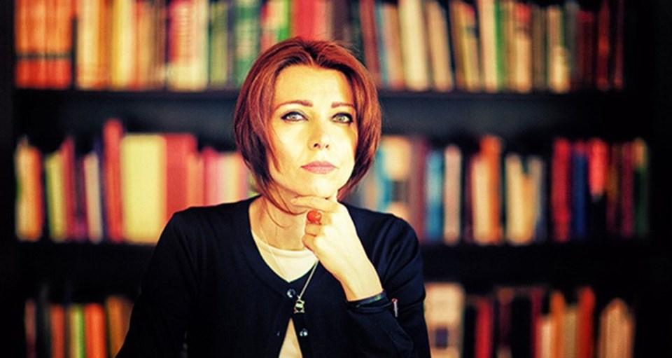 Şafak, İstanbul'un 80'li ve 2000'li yıllarının manzarasını çiziyor. Peri, Mona ve Şirin'in Oxford macerasını okumak eğlenceli bir fotoğrafa bakmaya benziyor.