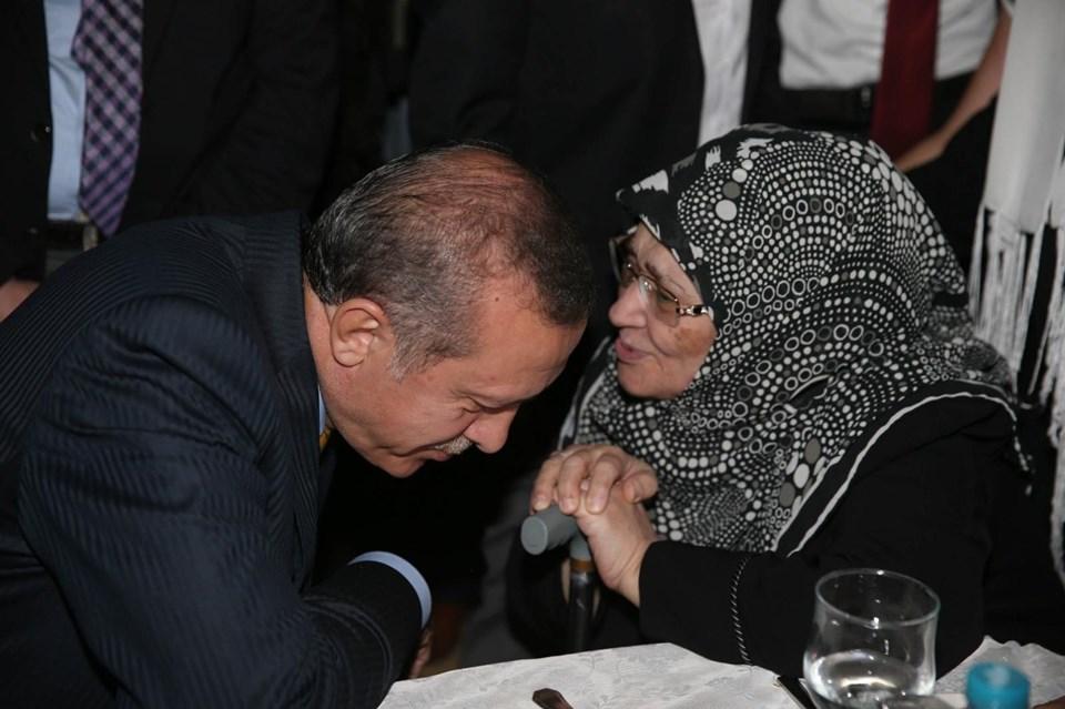 16 Temmuz 2014'te dönemin Başbakanı Recep Tayyip Erdoğan, İstanbul Dostluk Derneği'nin düzenlediği iftarda yazar Şule Yüksel Şenler ile sohbet etmişti.