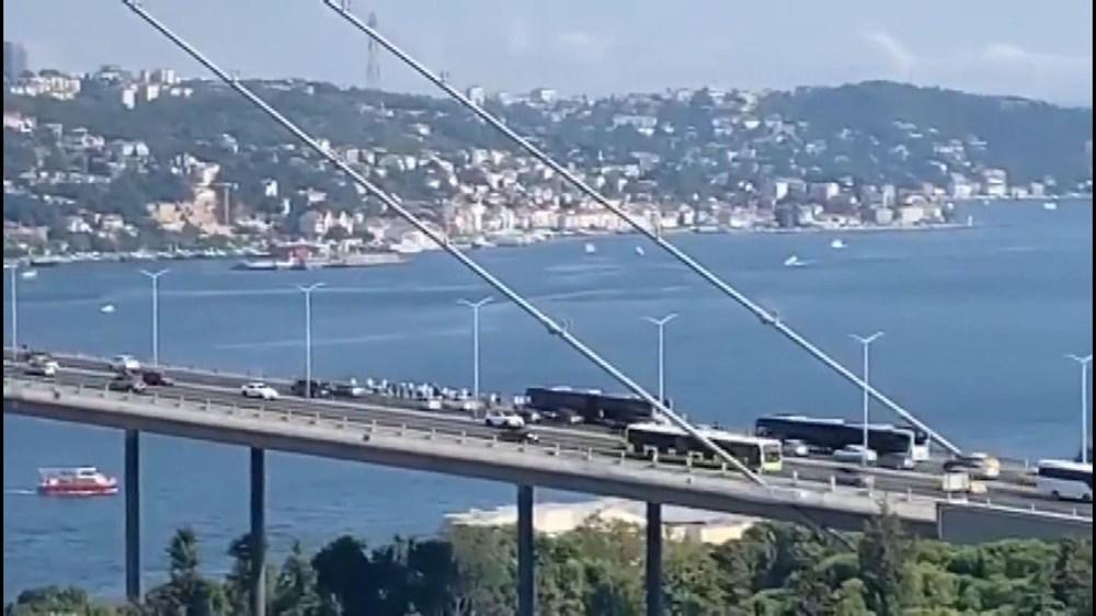 Arızalanan metrobüs yolcuları köprü üstünde indirdi - 2