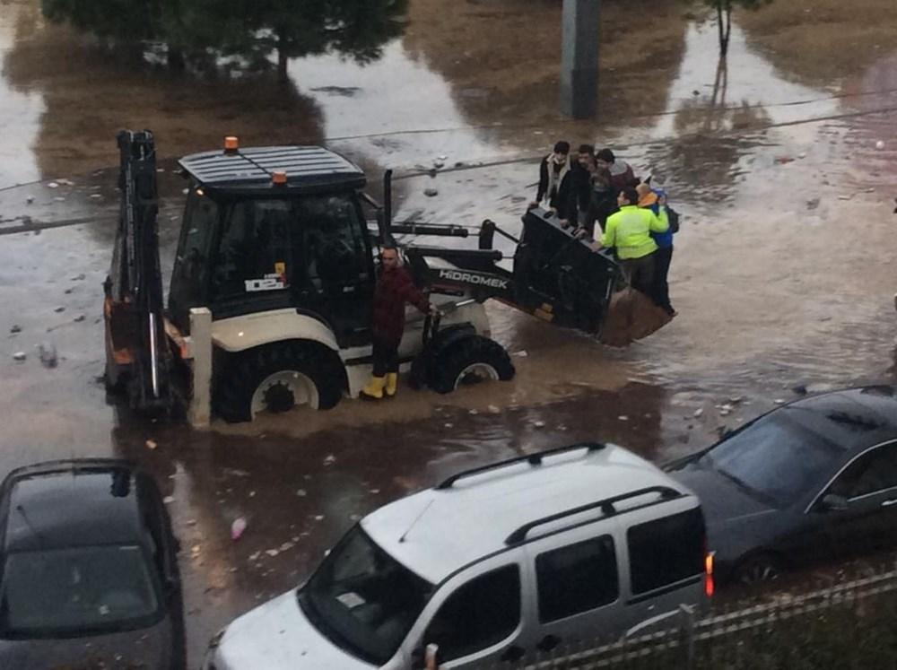 İzmir'i sel vurdu: 2 can kaybı - 10