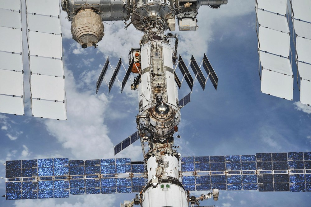 Russian cosmonauts discover new cracks on International Space Station - 8