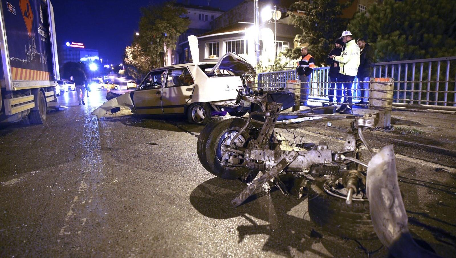 İstanbul'da otomobil bariyerlere çarptı: 1'i ağır 2 yaralı