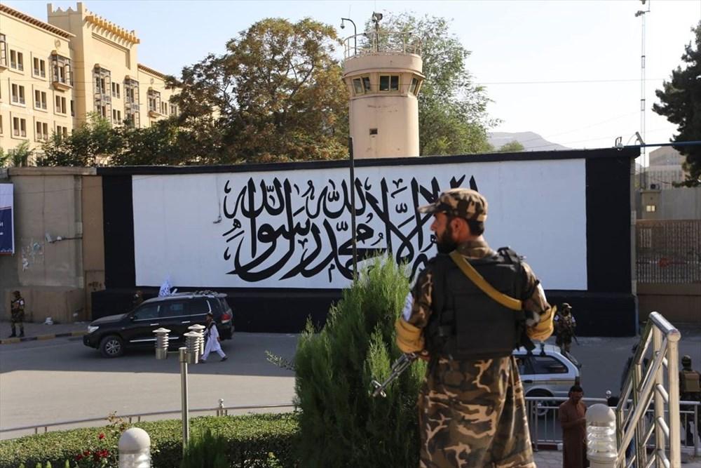 Kabil'de terk edilen ABD büyükelçiliğinin duvarına Taliban bayrağı çizildi - 1