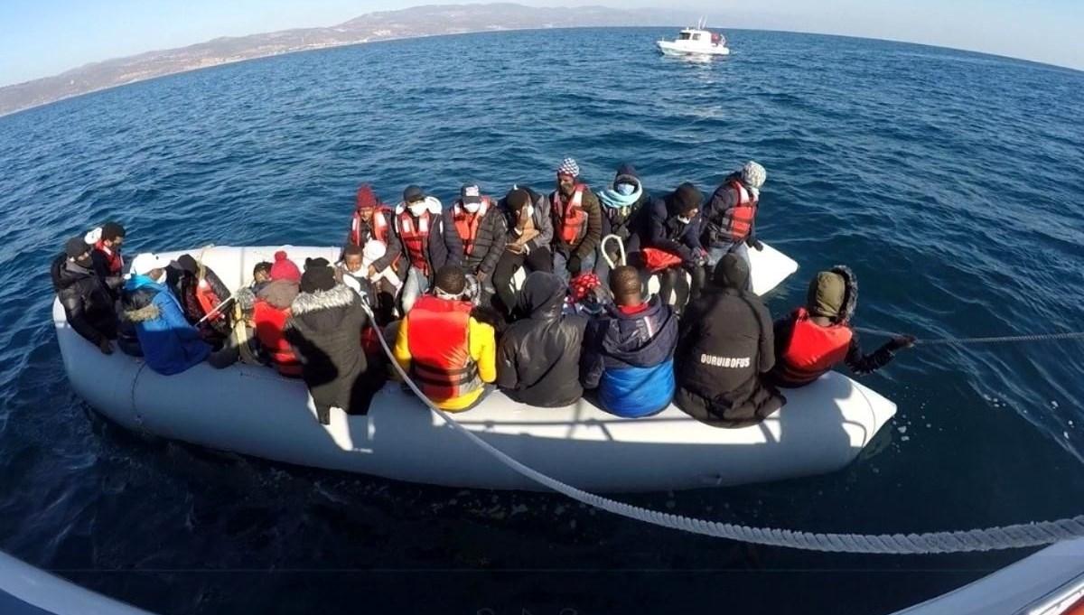 Muğla açıklarında lastik bottaki 15 düzensiz göçmen kurtarıldı