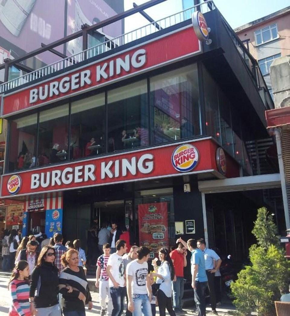 Şirinevler Burger King şube müdürü Ömer E.'nin Suriyeli çocuğa önce tokat attığı, ardından kolundan tutup sürüklediği ve burnunu kanatarak darp ettiği iddia ediliyor.