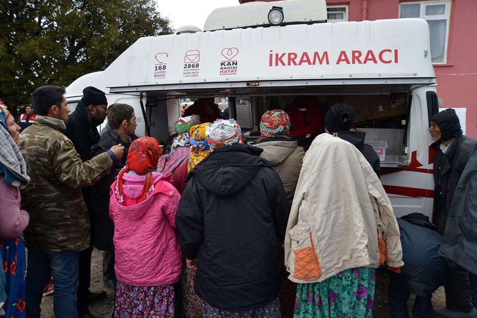 Evlerine girmeye çekinenlerin yemek ve barınma ihtiyaçları Valilik, Kızılay ile Ayvacık belediye ekiplerince karşılanıyor.