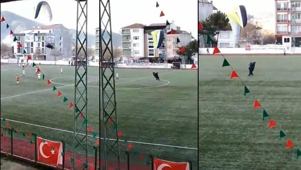 Bilecik'te maç sırasında sahaya paraşüt ile indi (Kırmızı kart gördü)
