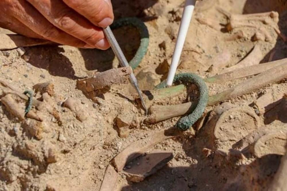 Takılarıyla gömülmüş Urartulu kadın mezarı ortaya çıkarıldı - 6