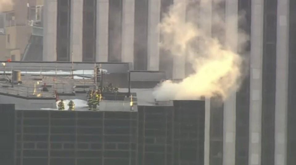 Binanın çatısından dumanlar yükselmeye başladı.