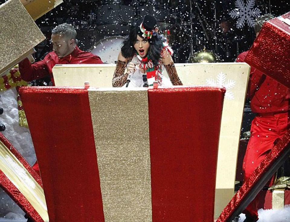 Katy etkinlikte kardan adamdan esinlenmiş bir elbise giydi ve Enrique Iglesias, Nelly ve Selena Gomez'in de aralarında bulunduğu diğer özel konuklarla beraber şarkı söyledi