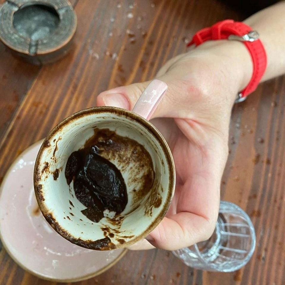 Halsey, Türkiye tatilinde kahve içip fal baktırdı.