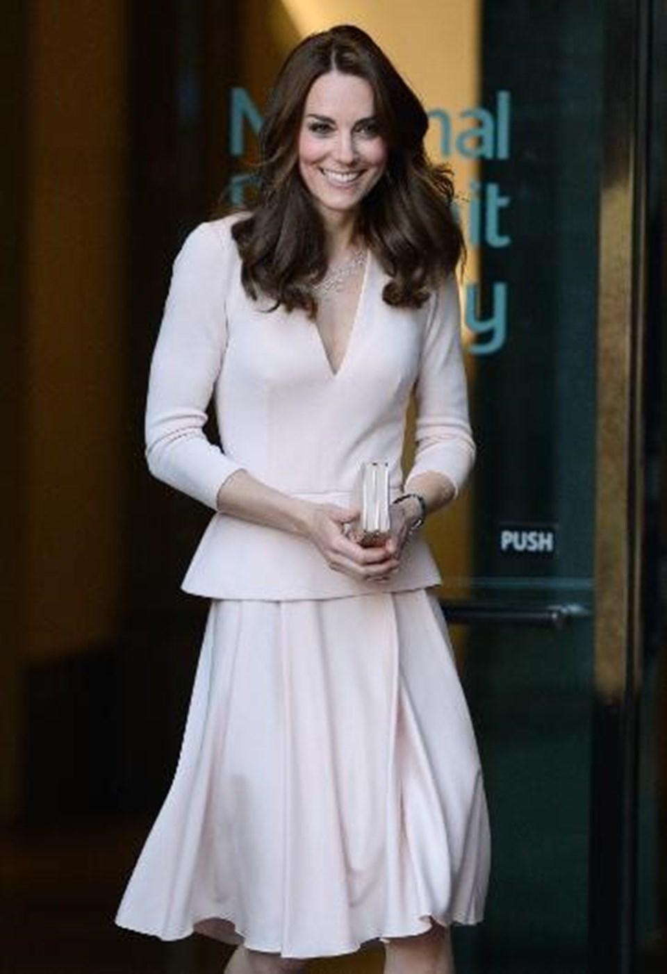 Düşes'in elbisesi Alexander McQueenimzası taşıyor.