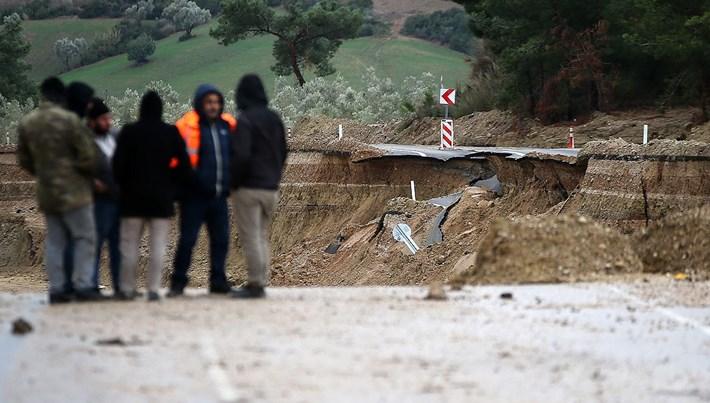 Adana'da sel nedeniyle çöken karayolu böyle görüntülendi