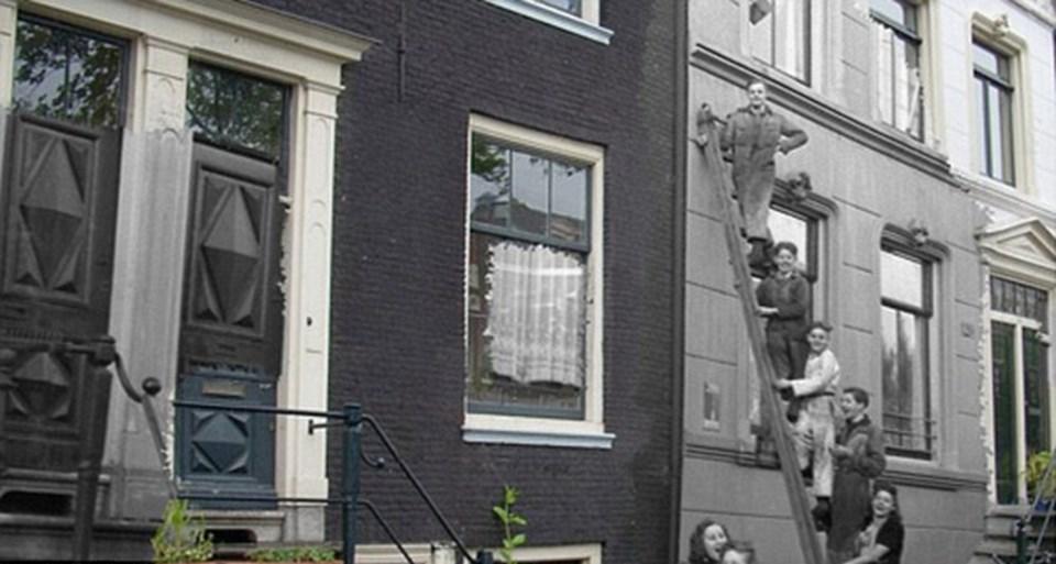 Fabrika işçileri şirket bürosunun bulunduğu binanın dışında bir merdivene çıkıyorlar