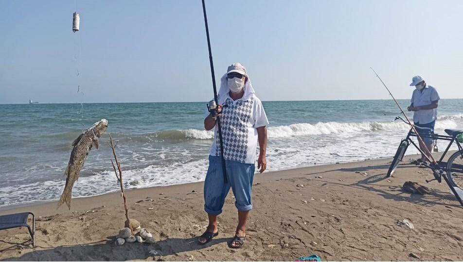 Sosyal mesafeli, maskeli balık avı