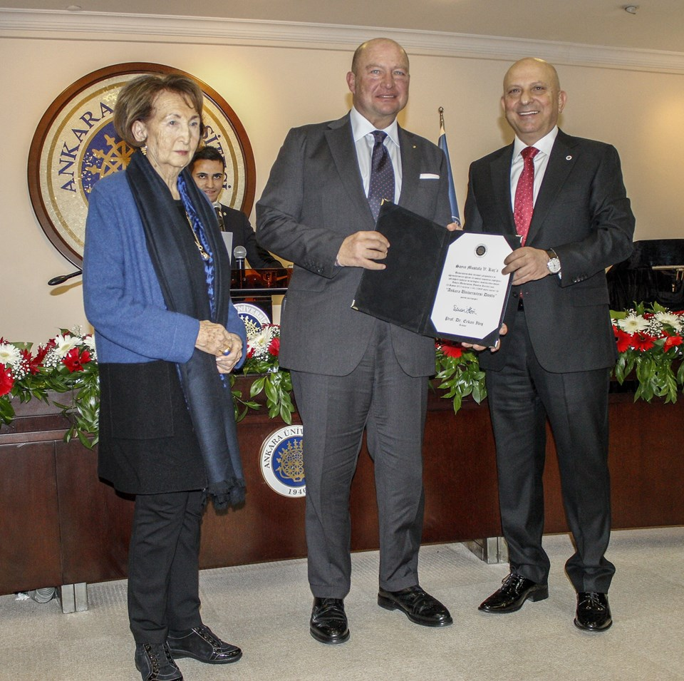 Koç Holding Yönetim Kurulu Başkanı Mustafa Koç (ortada)
