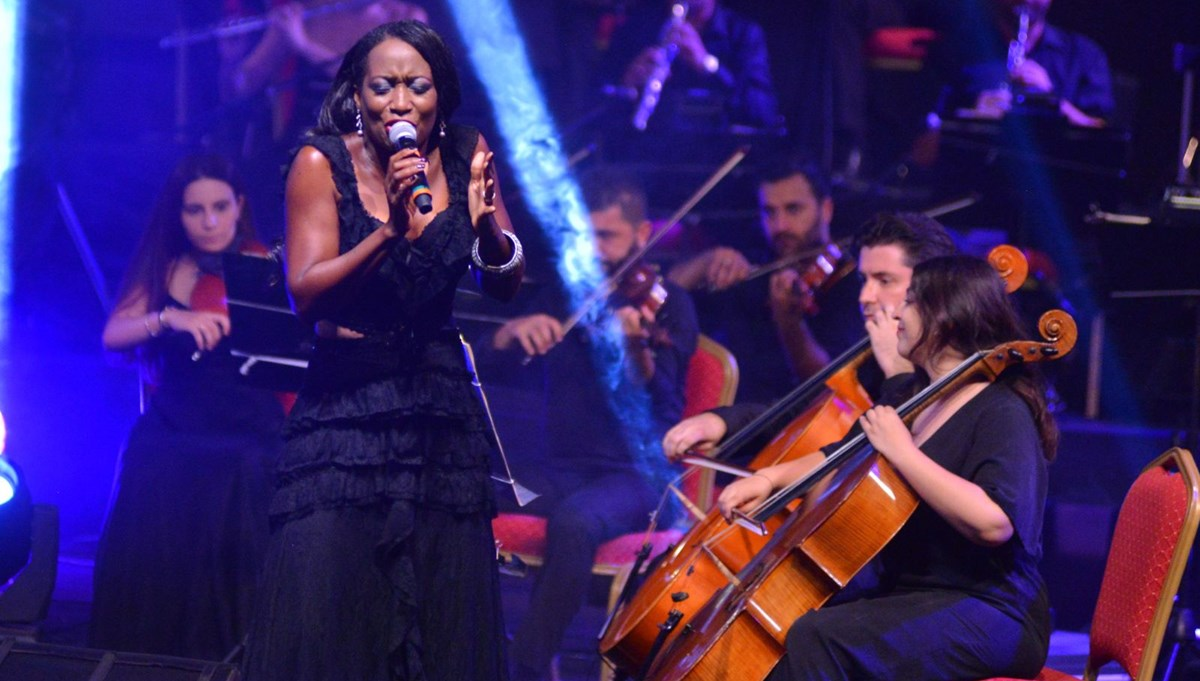 ABD'li şarkıcı Della Miles ve ÇDSO aynı sahneyi paylaştı