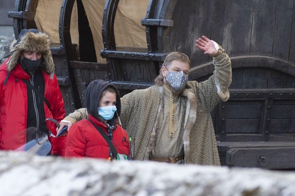 Matt Damon Akıllı telefonuyla 14'üncü yüzyıldaki The Last Duel setinde - 7