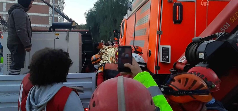 İzmir'de deprem sonrası enkaz altındakiler için zamana karşı yarış (65'inci saatte kurtarıldı) - 2