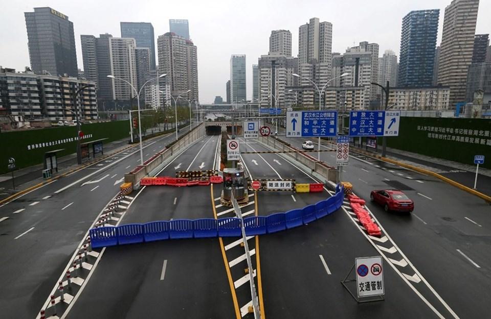 Karantina uygulaması ilk olarak Çin'in Wuhan şehrinde başladı. Milyonlarca insanın yaşadığı Wuhan adeta hayalet kente dönüştü. Bu görüntüler daha sonra neredeyse dünyanın bütün kentlerinde görüldü.