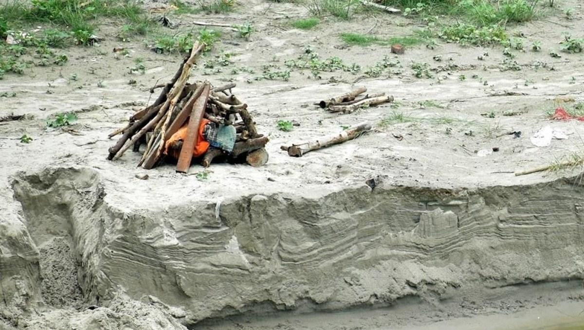 Hindistan'da şiddetli yağış sahildeki yüzlerce cesedi ortaya çıkardı