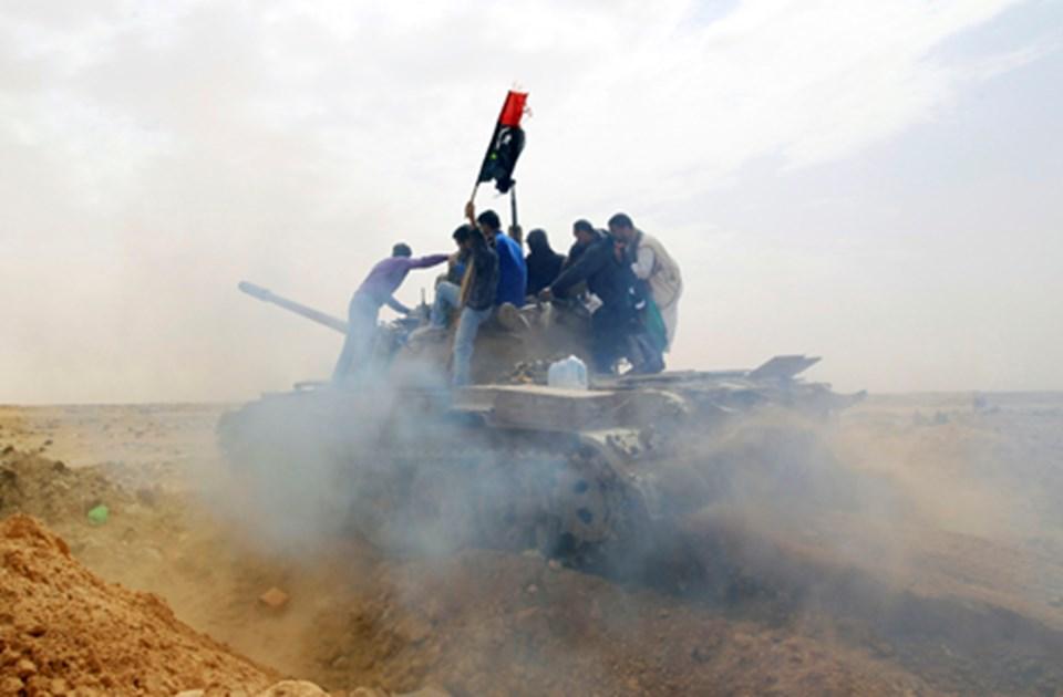 Ecdebiye yakınlarındaki isyancılar ele geçirdikleri bir tankın üzerindeler.