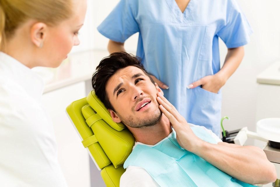 Diş ağrısı genellikle geceleri başlıyor ve ağrı çürükten kaynaklanıyorsa vakit kaybetmeden tedavi edilmesi gerekiyor.