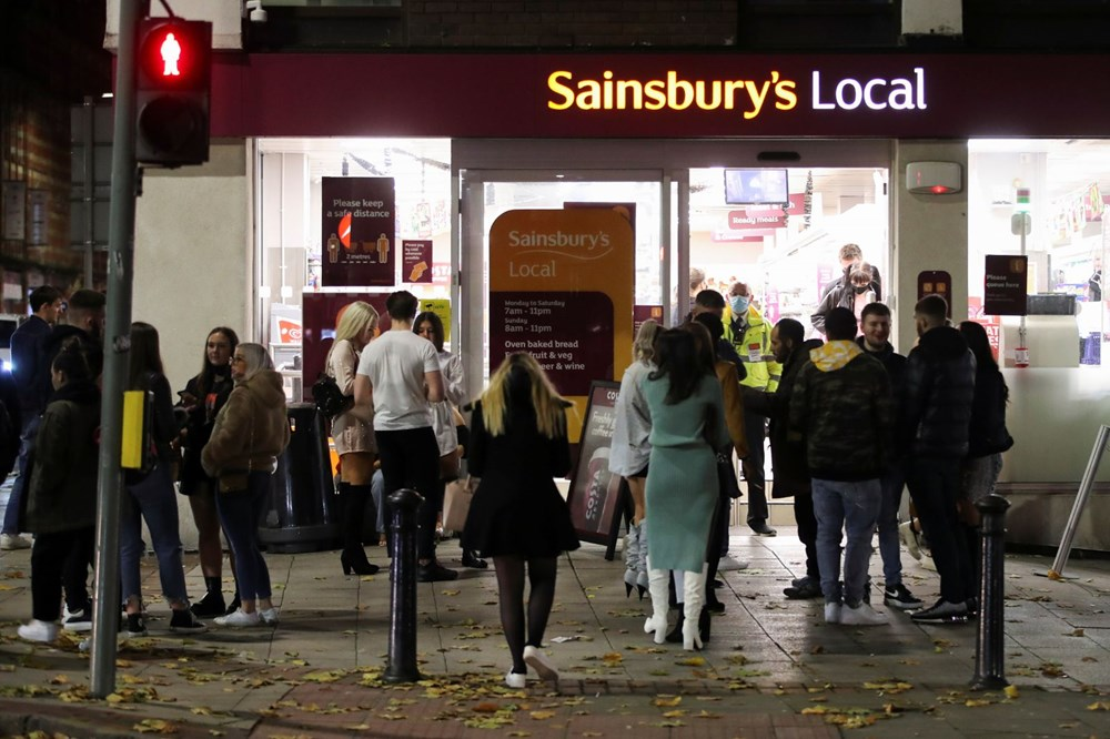 Manchester'da karantina öncesi sokaklar doldu - 5