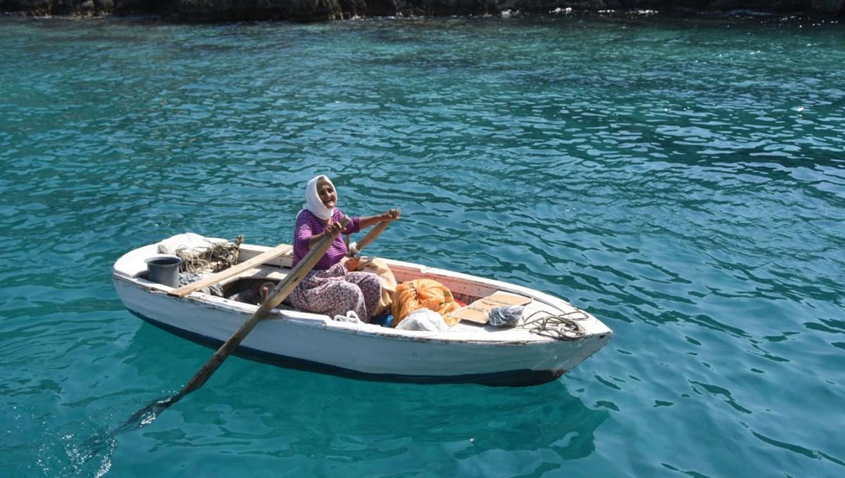 82 yaşında kayığına binip küreklere asılıyor, her gün denizde satış yapıyor