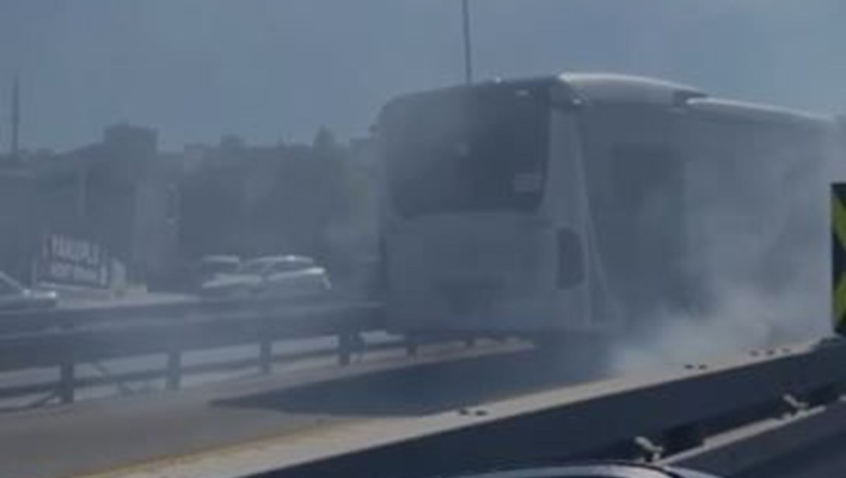 Metrobüsten dumanlar yükseldi, yolcular tahliye edildi
