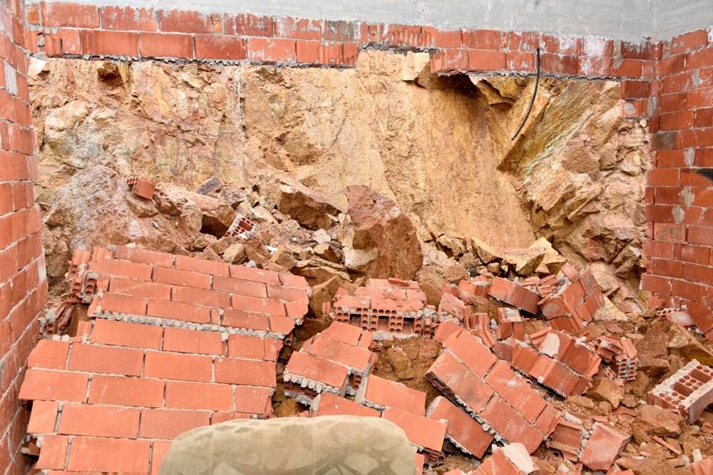 Dağdan kopan kayalar evin içine doldu - 8