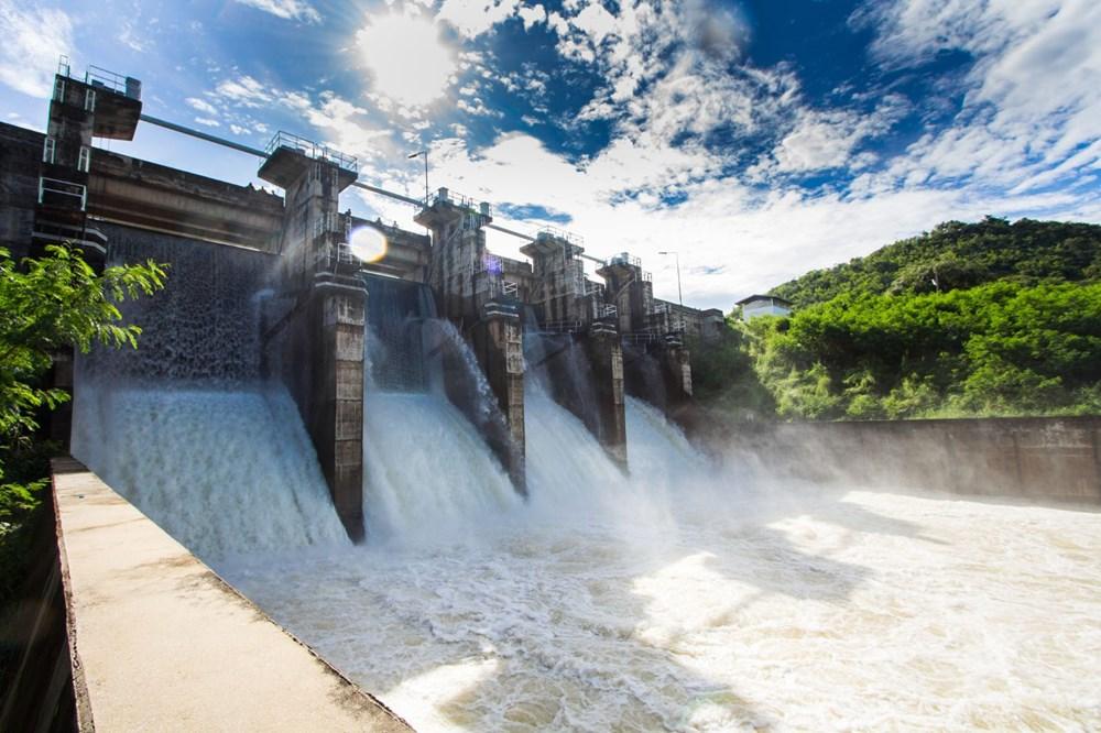 <p>Su krizi ve iklim değişikliği birbirine bağlı olduğundan geleneksel olmayan yöntemlerle su kaynakları işlemek, su kıtlığı yaşayan toplulukların iklim değişikliğine karşı direncini artırmaya yardımcı olurken, su tedarik kaynaklarını çeşitlendirebilir.</p>