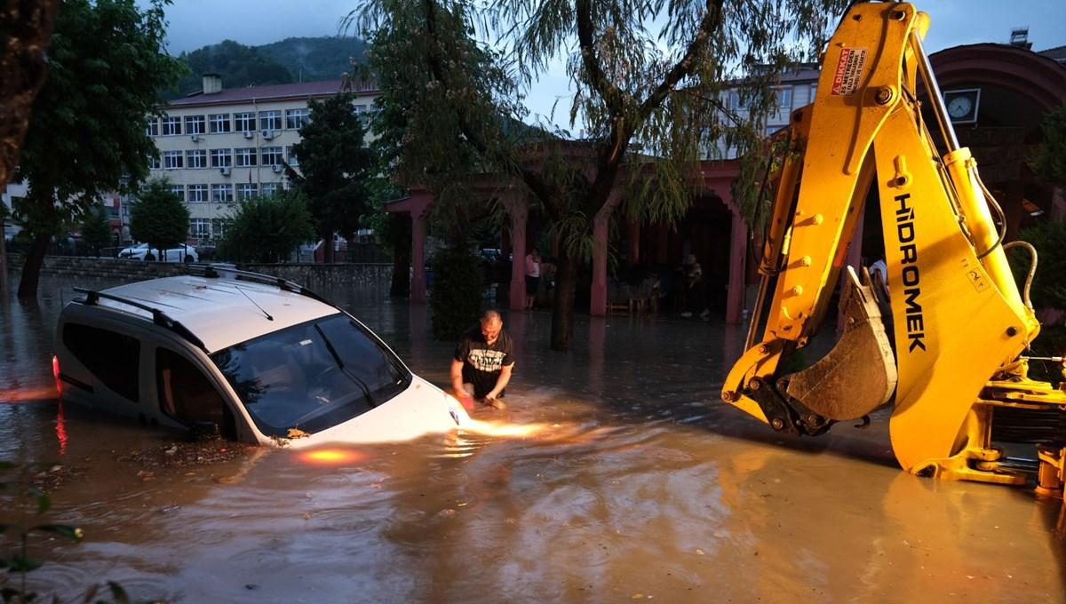 Kastamonu'da sağanak: Araçlar suya gömüldü
