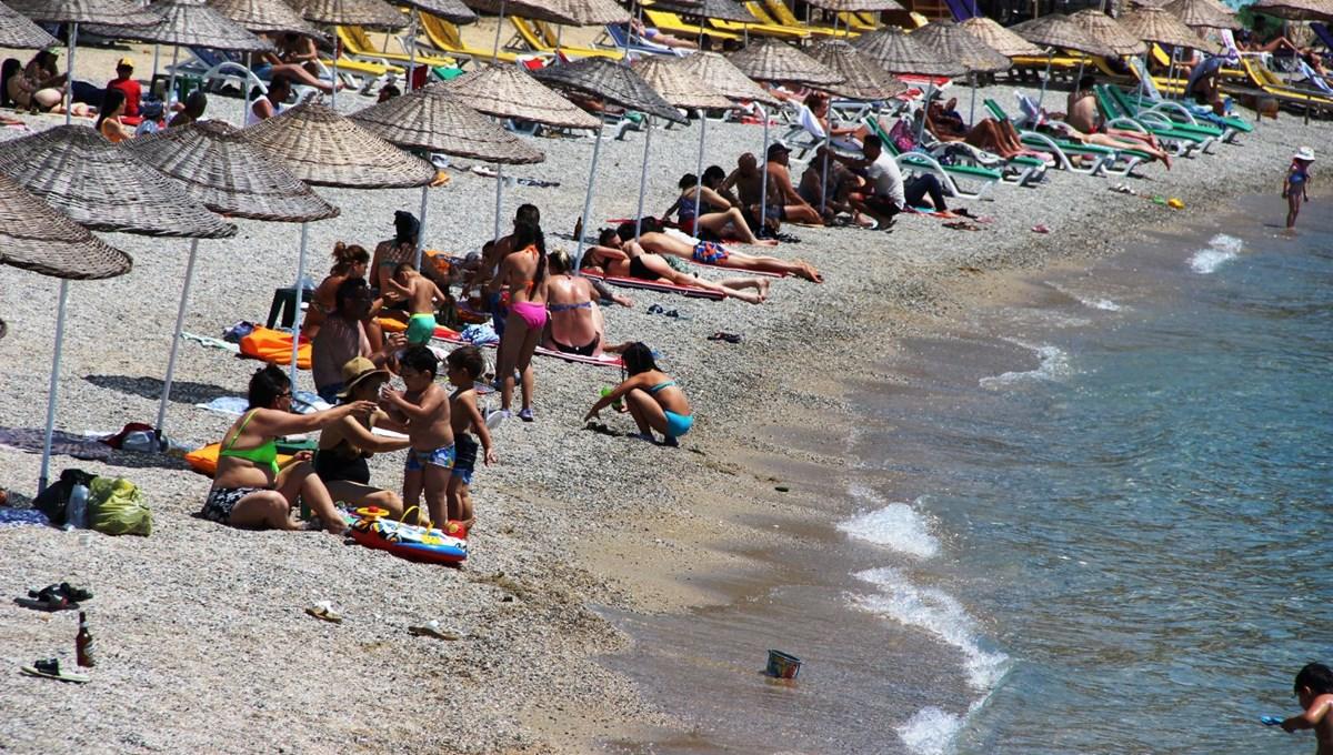 Hava sıcaklığının 32 dereceyi bulduğu Bodrum'da sahiller doldu taştı