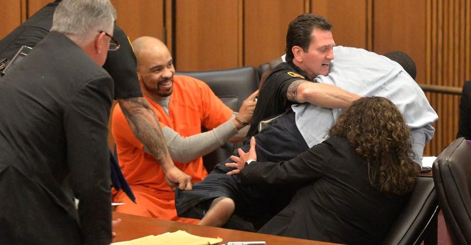 Seri katil, kurbanın babası ona saldırdığında da gülümsemeye devam etti.