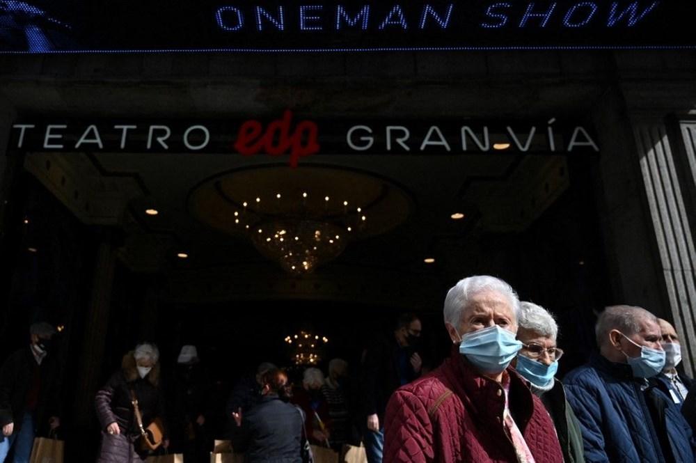 Madrid'de corona virüs aşısı olan yaşlılar için tiyatroda özel gösterim - 8
