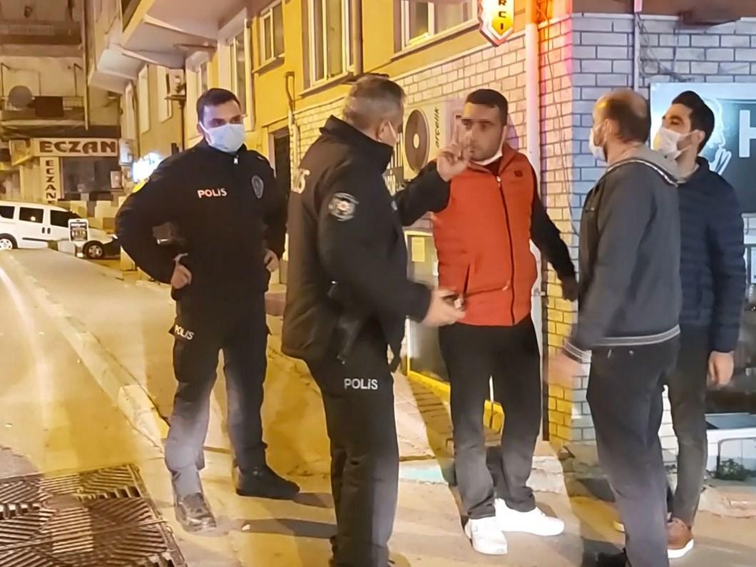 Yasağa rağmen sokağa çıktı, gazetecileri tehdit etti