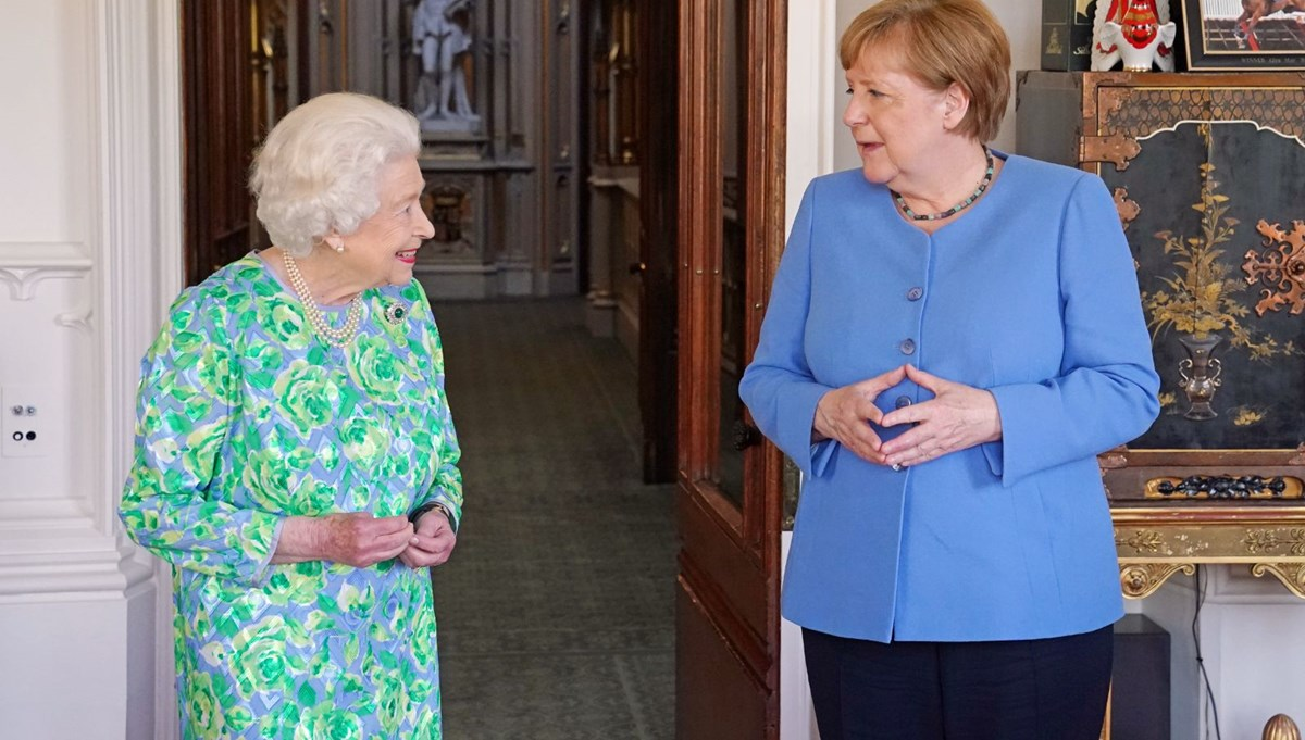 Kraliçesi II. Elizabeth'ten Angela Merkel'e özel broş