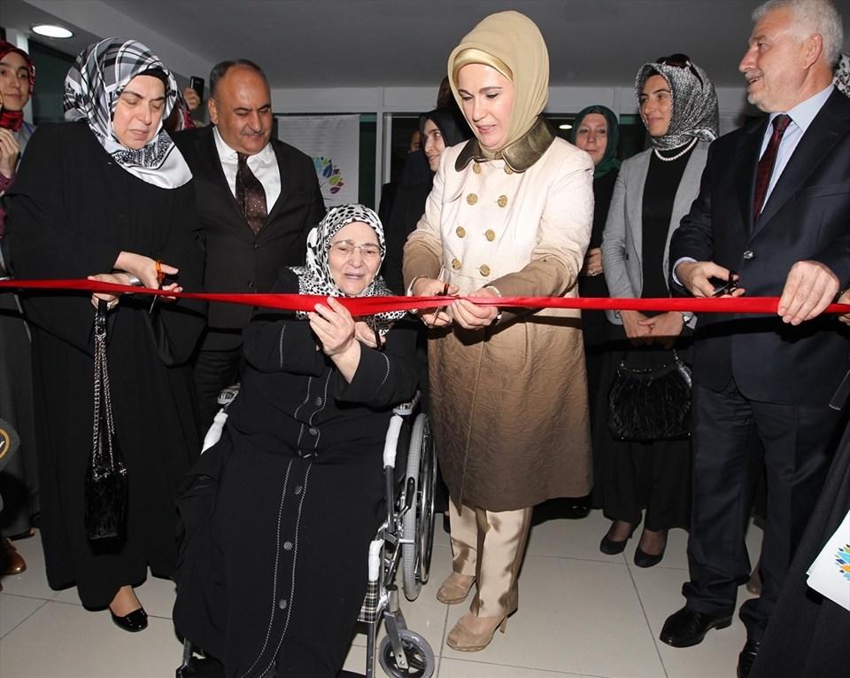 Yazar Şenler, dönemin Başbakanı Recep Tayyip Erdoğan'ın eşi Emine Erdoğan ile birlikte 18 Ekim 2012'de katıldığı kız yurdu açılışında...