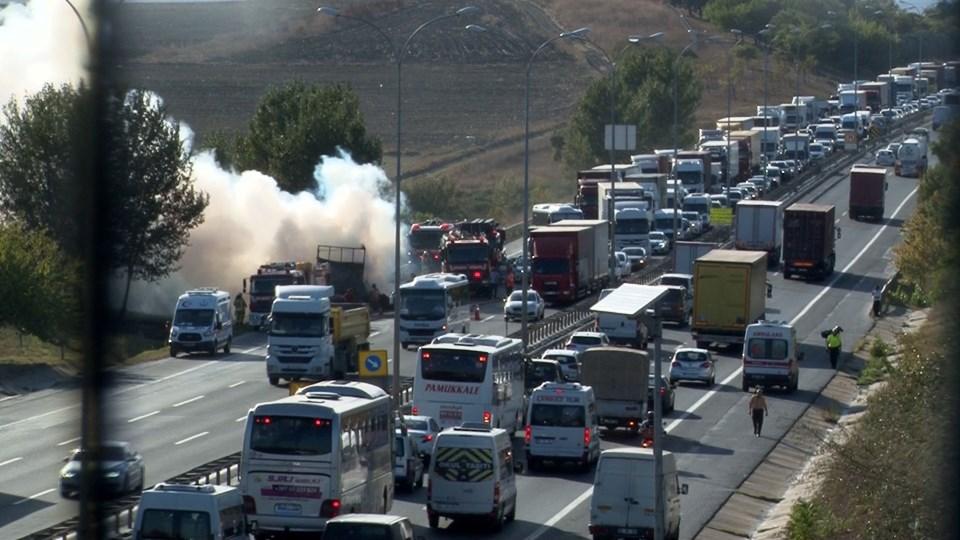 Yangın nedeniyle TEM'de yoğun trafik oluştu.