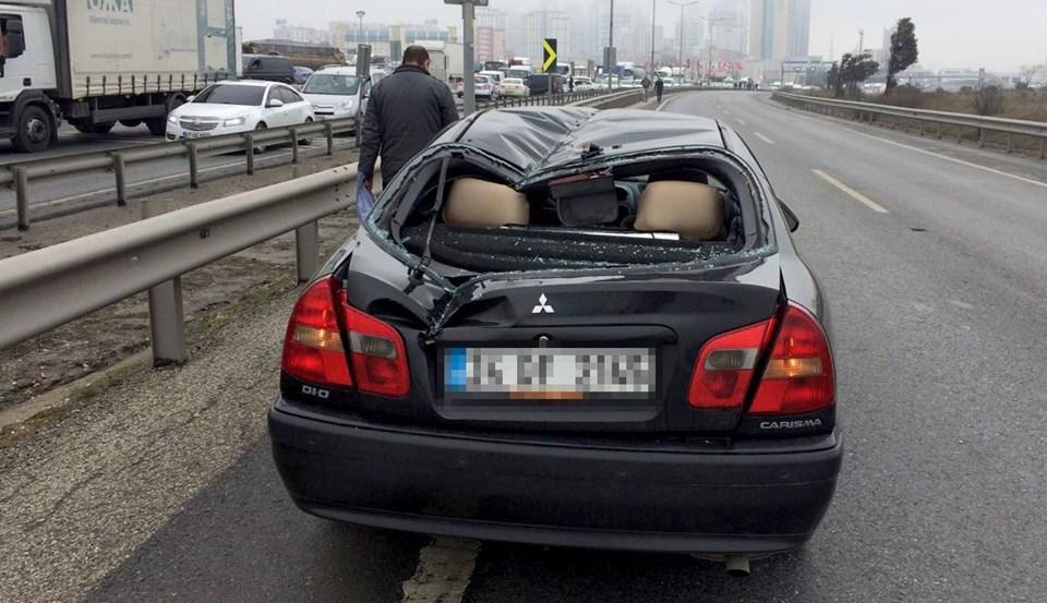 Düşen helikopterin parçaları yoldan geçmekte olan otomobillere de hasar verdi.