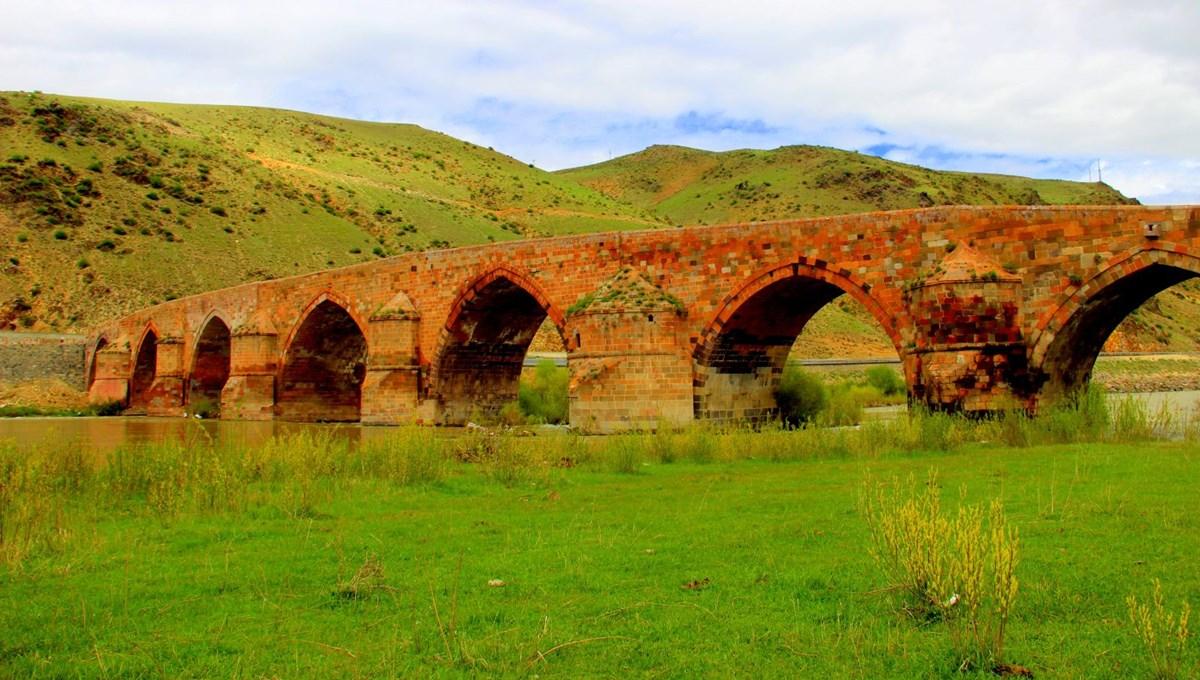 Anadolu'daki İlhanlı yadigarı 700 yıllık Çobandede Köprüsü ilk günkü ihtişamıyla göz kamaştırıyor
