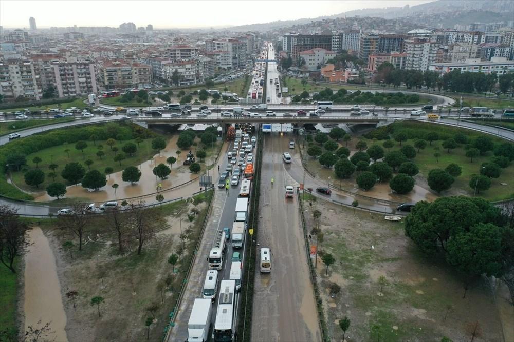 İzmir'i sel vurdu: 2 can kaybı - 1