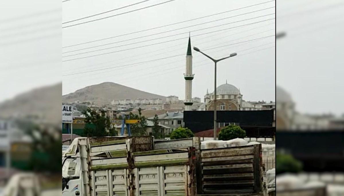 Fırtınada minarenin sallandığı anlar kamerada