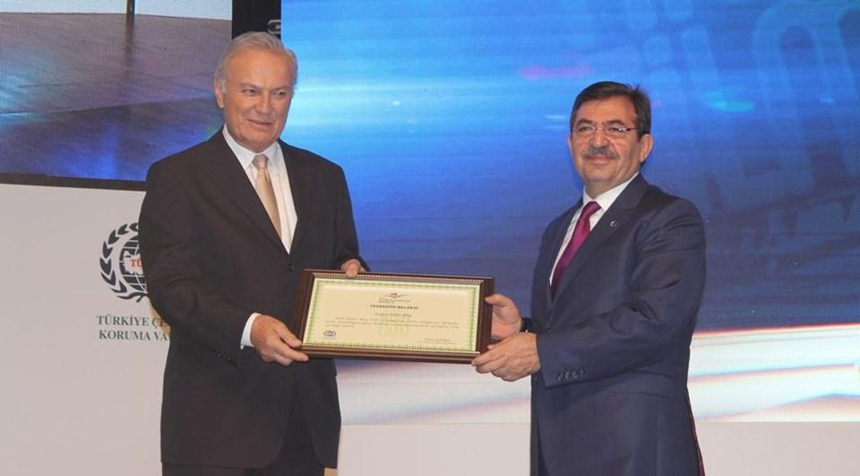Ediz Hun (solda) ile Çevre ve Şehircilik Bakanı İdris Güllüce (sağda)