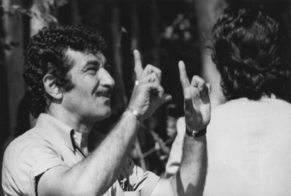 Küçük Ev filminin çekimi sırasında Safa Önal. Şarköy, 1978-79