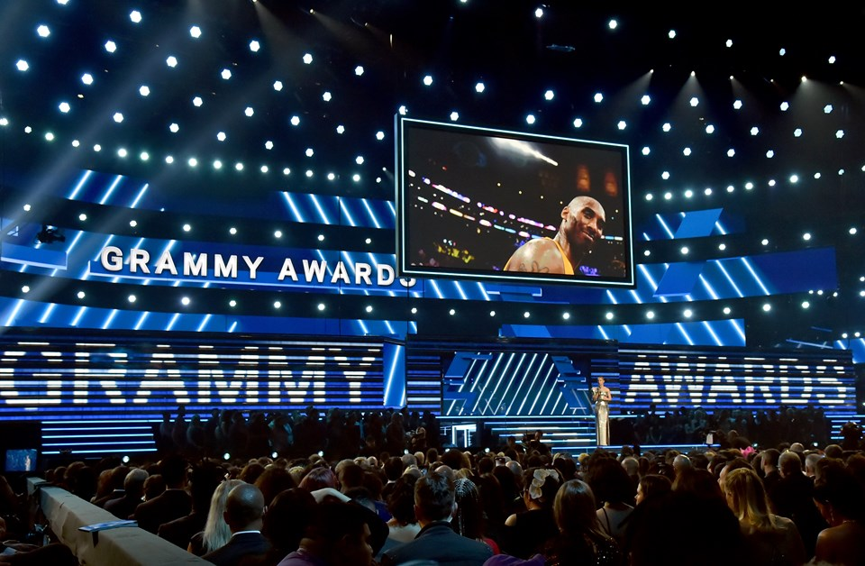 Törenin sunucusu Alicia Keys, Kobe Bryant anısına konuşma yaptı ve şarkı söyledi.
